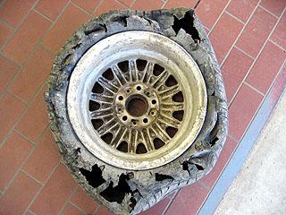 裂けたタイヤ